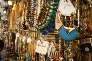 artificial-jewellery-shop-at-colaba-causeway