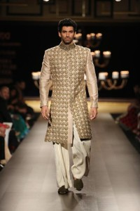 2-Manish-Malhotra-at-India-Couture-Week-2014-Runway-Show-41
